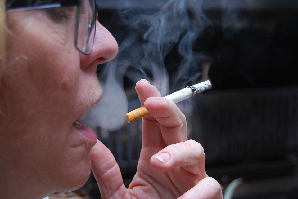 A Tasmanian study is seeing if local businesses can help smokers kick the habit by offering small money incentives.